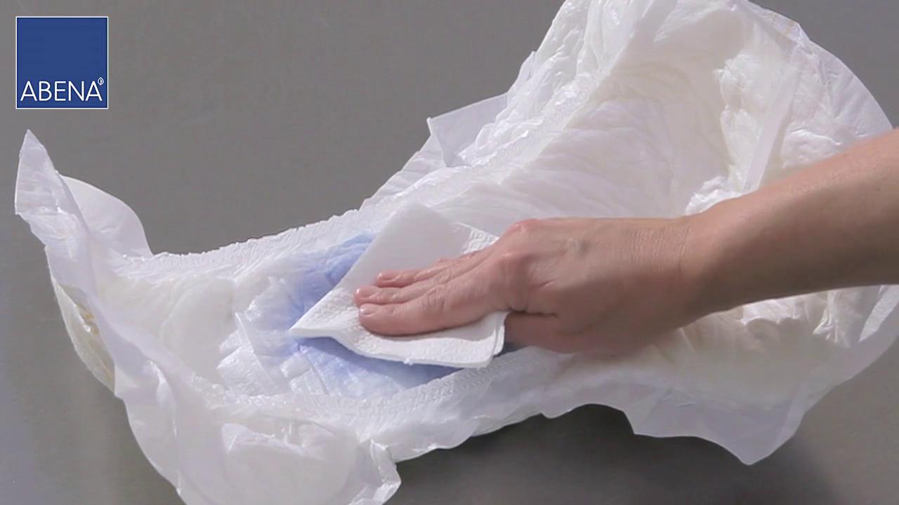 Met keukenpapier duwen op het stuk wat nat is geweest. Je kan het vergelijken met een luier die gebruikt is en je zit erop terwijl je hem om hebt.